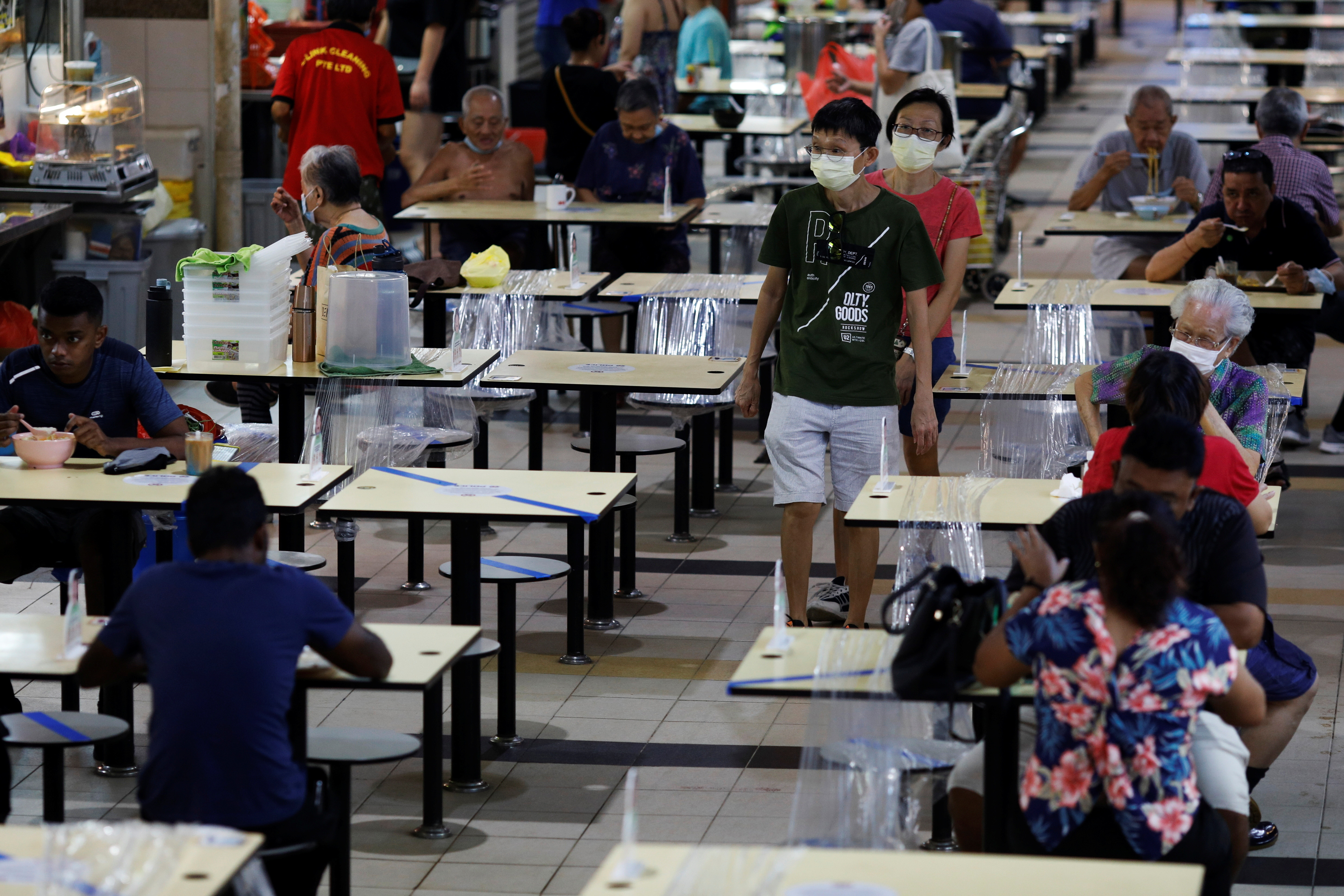People eat at a hawker centre during the coronavirus disease (COVID-19) outbreak, in Singapore September 21, 2021. REUTERS/Edgar Su - RC21UP92C6UK