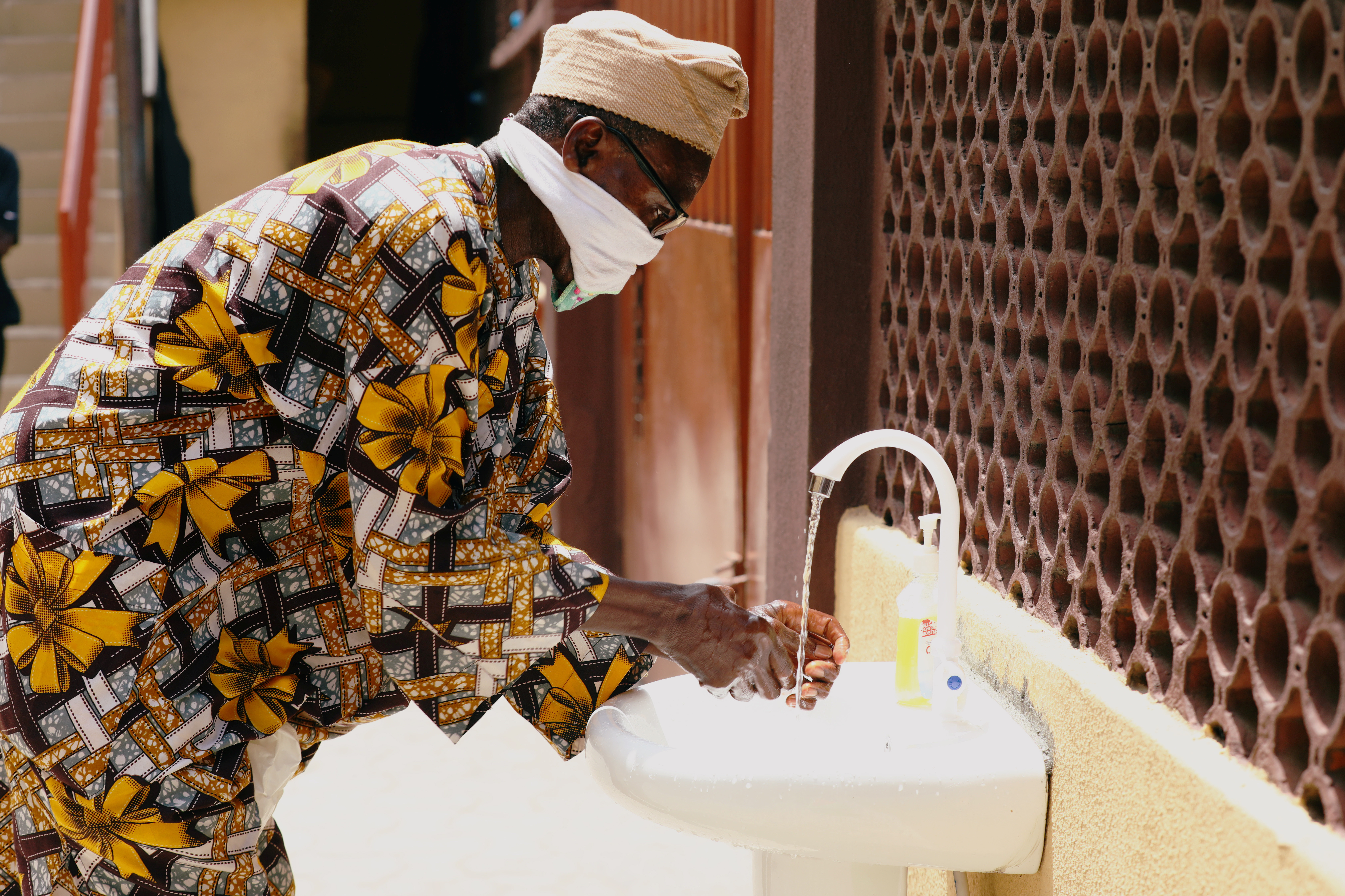 A man washes his hands at the Primary Healthcare Centre, amid the spread of the coronavirus disease (COVID-19) in Lagos, Nigeria May 7, 2020. Picture taken May 7, 2020. REUTERS/Temilade Adelaja - RC2XSH9ZSFNR