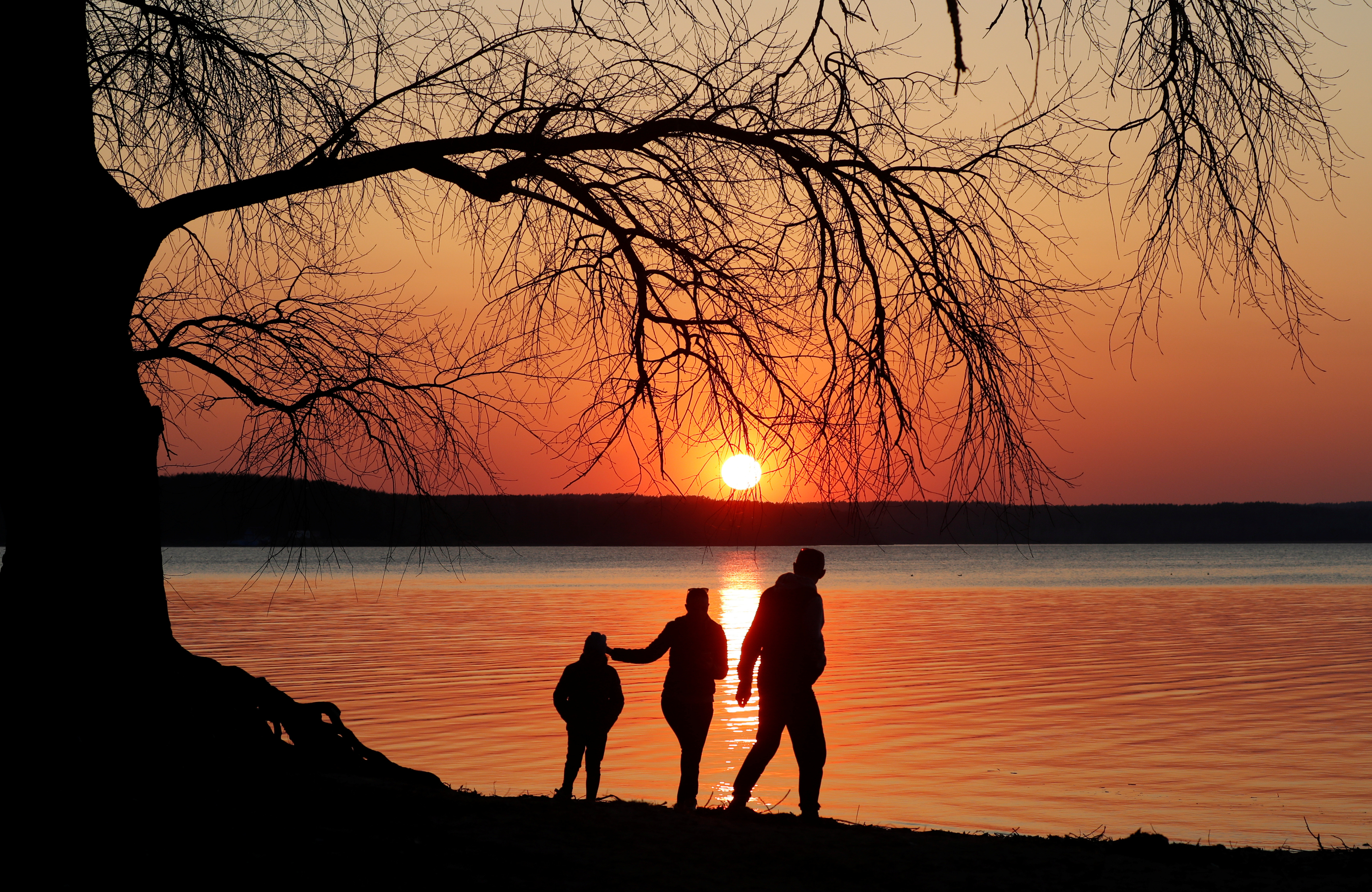 People enjoy sunset at a lake on the outskirts of Minsk, Belarus April 3, 2019.  REUTERS/Vasily Fedosenko - RC1433AE2070