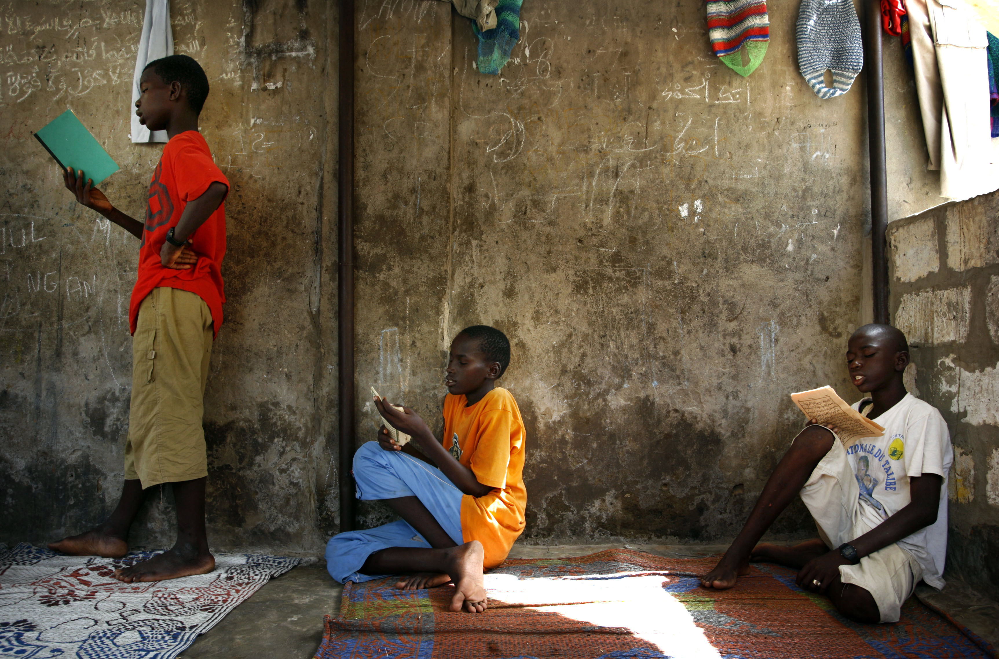 Senegalese Talibes, or Islamic students, recite verses from the Koran at a Dara or Koranic school in Thies, 70 kilometers (50 miles) east of the capital Dakar, September 24, 2007. Talibes beg on the streets collecting alms for a marabout, or religious leader, in return for food, accommodation and Koranic learning as part of Senegal's Mouride sect of Islam. REUTERS/Finbarr O'Reilly (SENEGAL) - GM1DWFOJKMAA