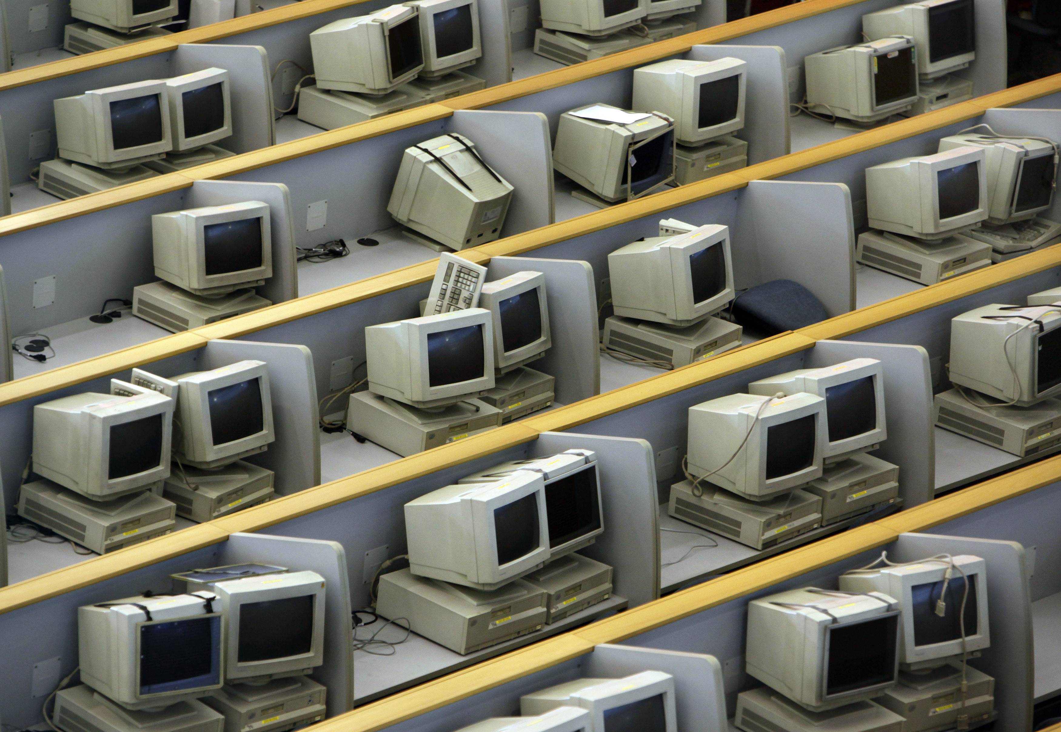 Old unused computers and monitors sit in the main hall of the Shanghai Stock Exchange August 18, 2009. China's stock market showed signs of stability on Tuesday morning after tumbling 5.8 percent on Monday, its biggest daily percentage drop in nine months, hit mainly by profit-taking after a 90-percent stock market rally earlier this year got far ahead of China's economic recovery.  REUTERS/Nir Elias (CHINA BUSINESS) - GM1E58I0XW201