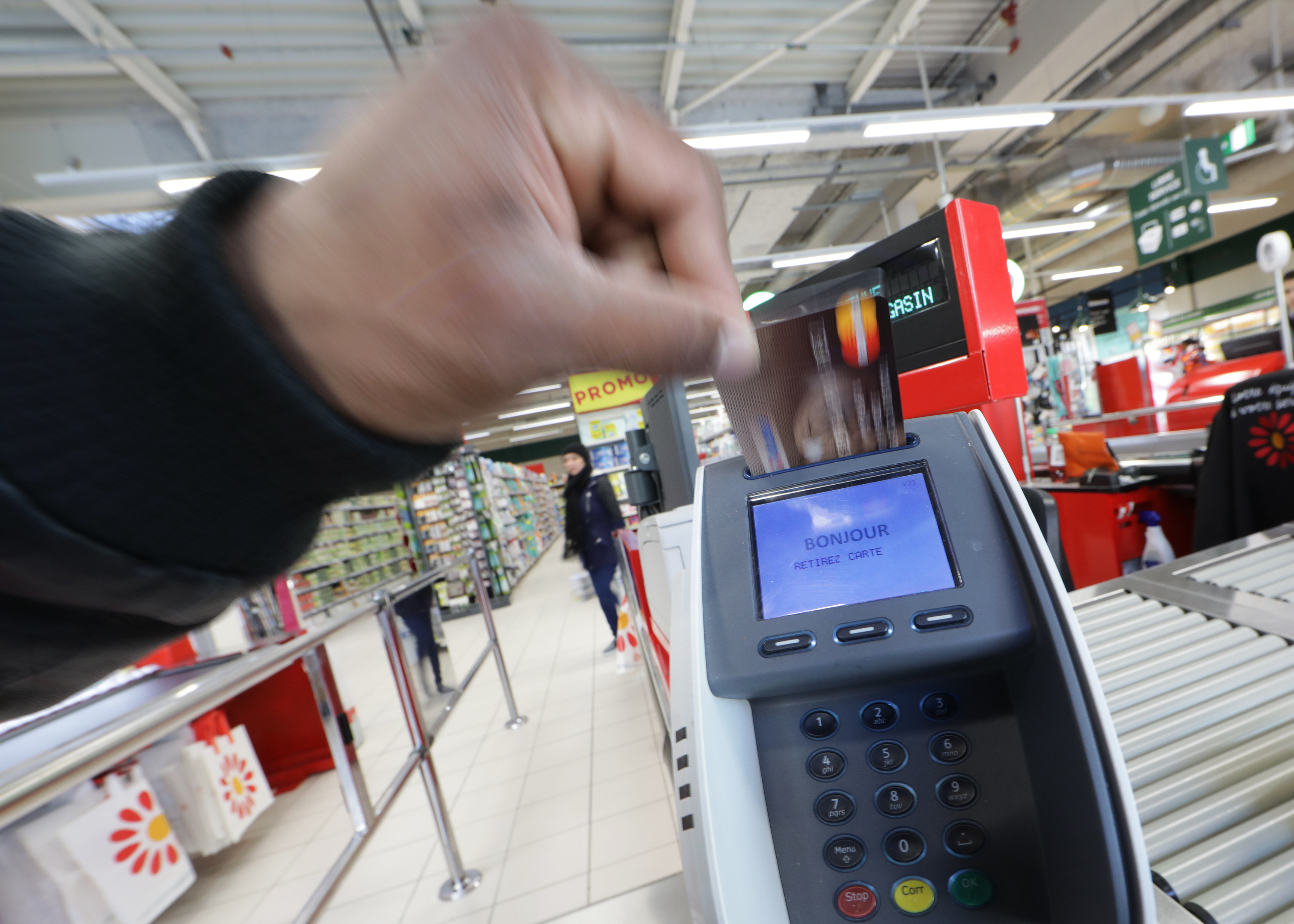 A customer uses his credit card at a terminal as he shops in a Casino supermarket in Nice, France, January 16, 2017. REUTERS/Eric Gaillard - LR1ED1G1C977P