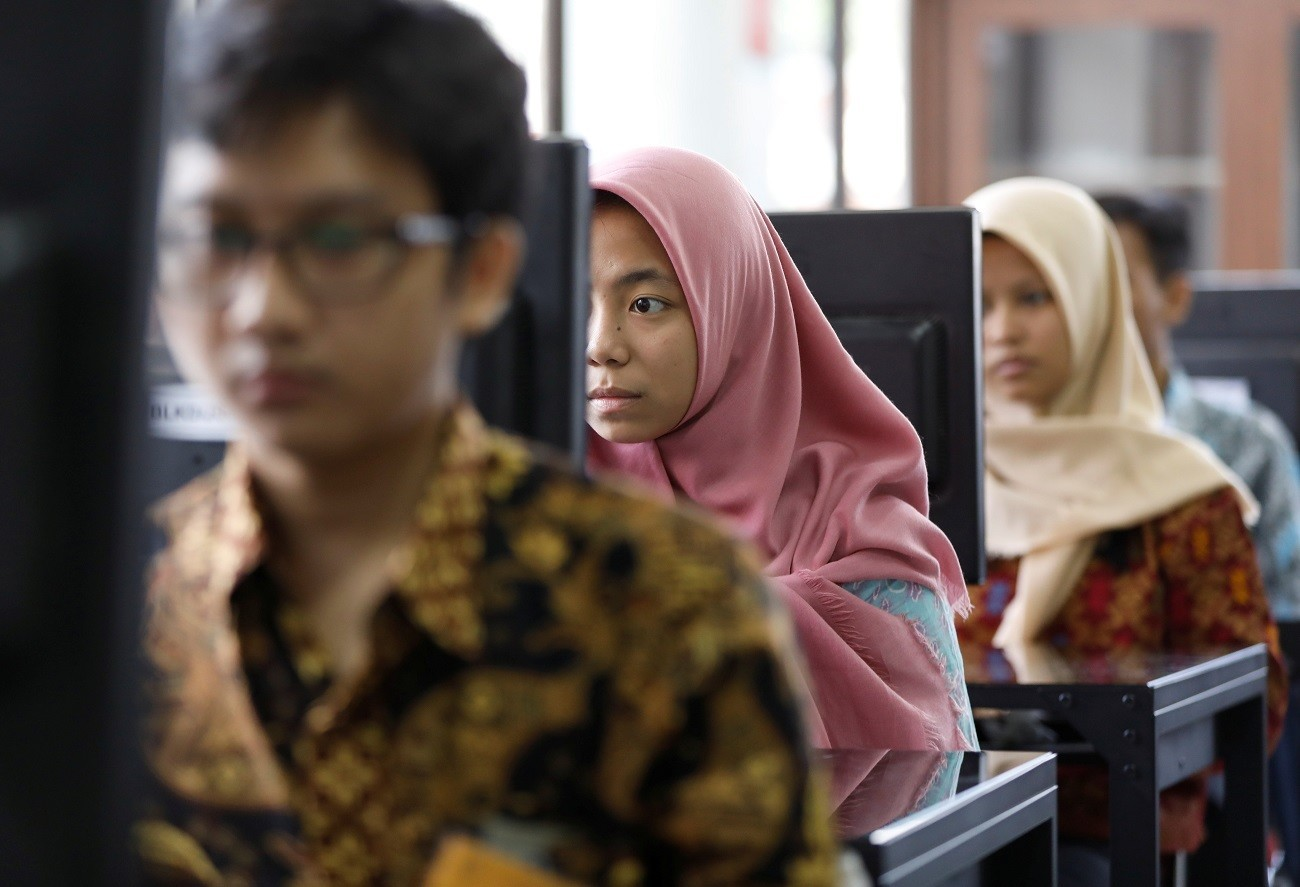 Students at a government-run Vocational Training Center study basic computer skills in South Jakarta, Indonesia, November 10,  2017.   REUTERS/Darren Whiteside - RC1C4961E300