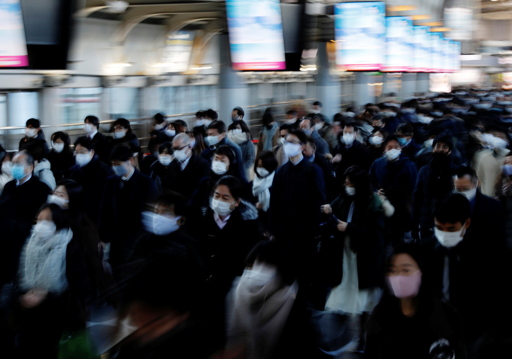 マスクを着けて通勤する人々。2021年1月、品川駅で撮影。