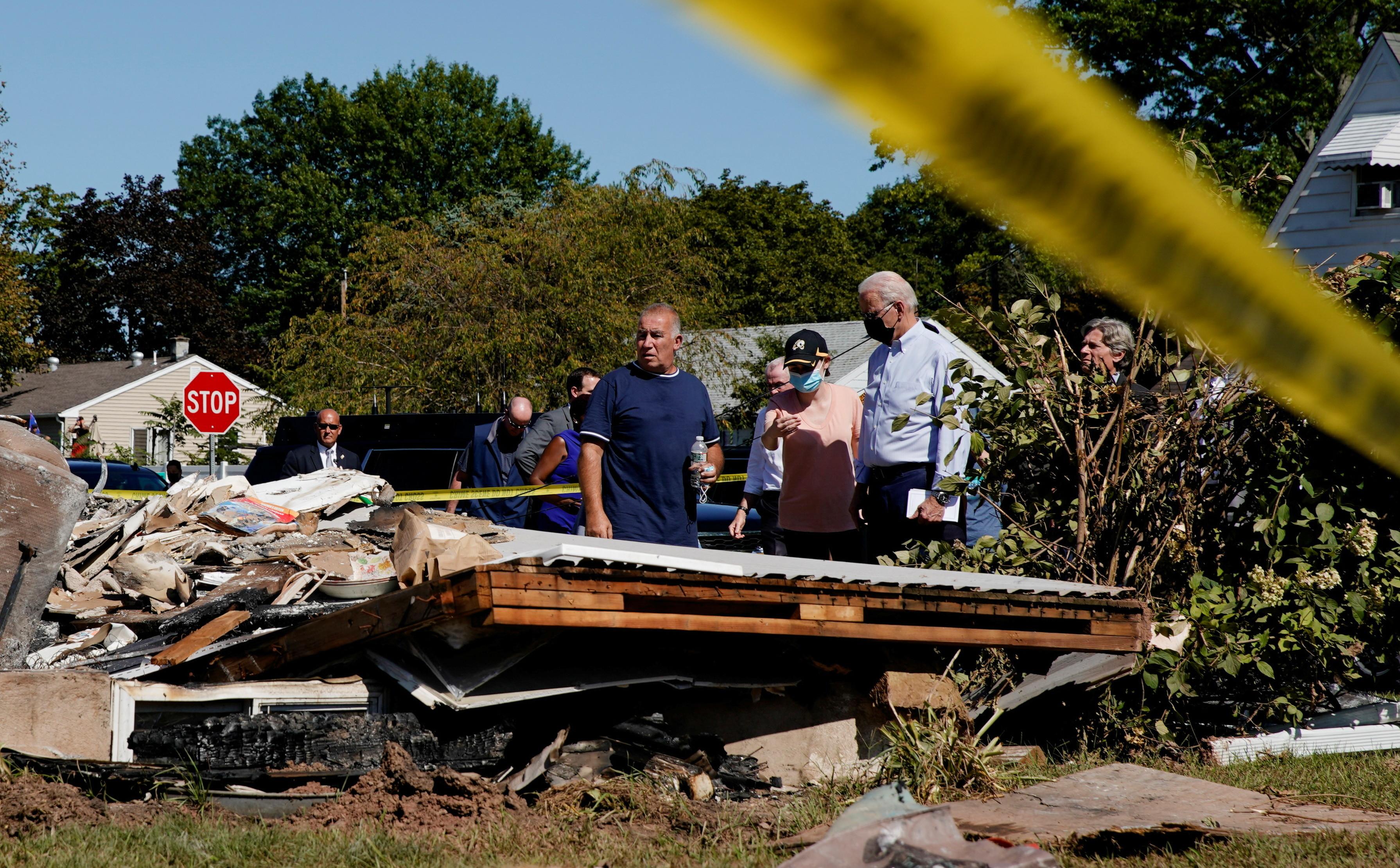 U.S. President Joe Biden tours the Lost Valley neighborhood in Manville that was impacted by Hurricane Ida, New Jersey, U.S., September 7, 2021. REUTERS/Elizabeth Frantz - RC26LP90SEFZ
