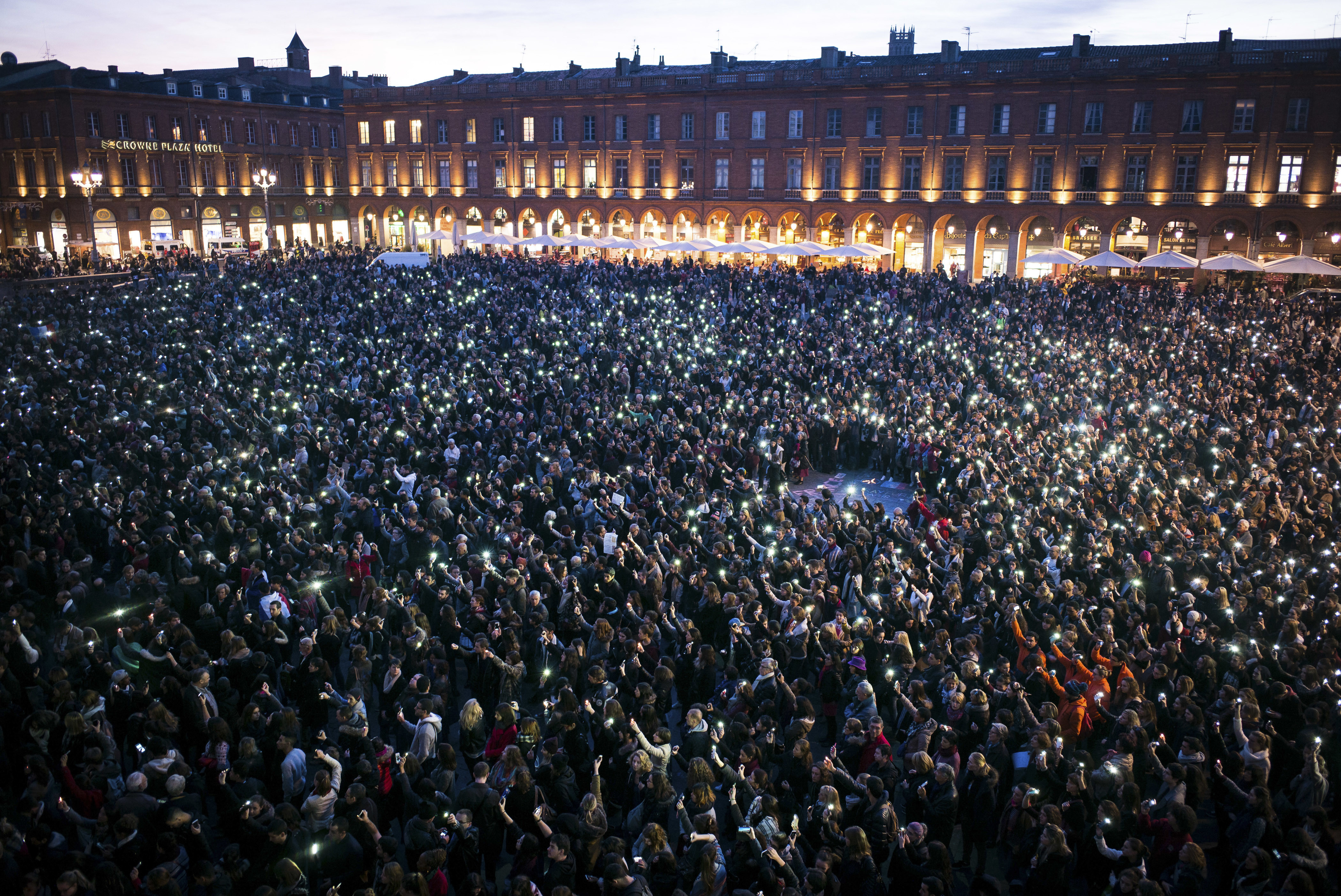 Several thousand people gather at the Place du Capitole in Toulouse, France, November 17, 2015, to pay tribute to the victims of the series of deadly attacks in the French capital on Friday.  REUTERS/Fred Lancelot   - LR2EBBH1KG6KM