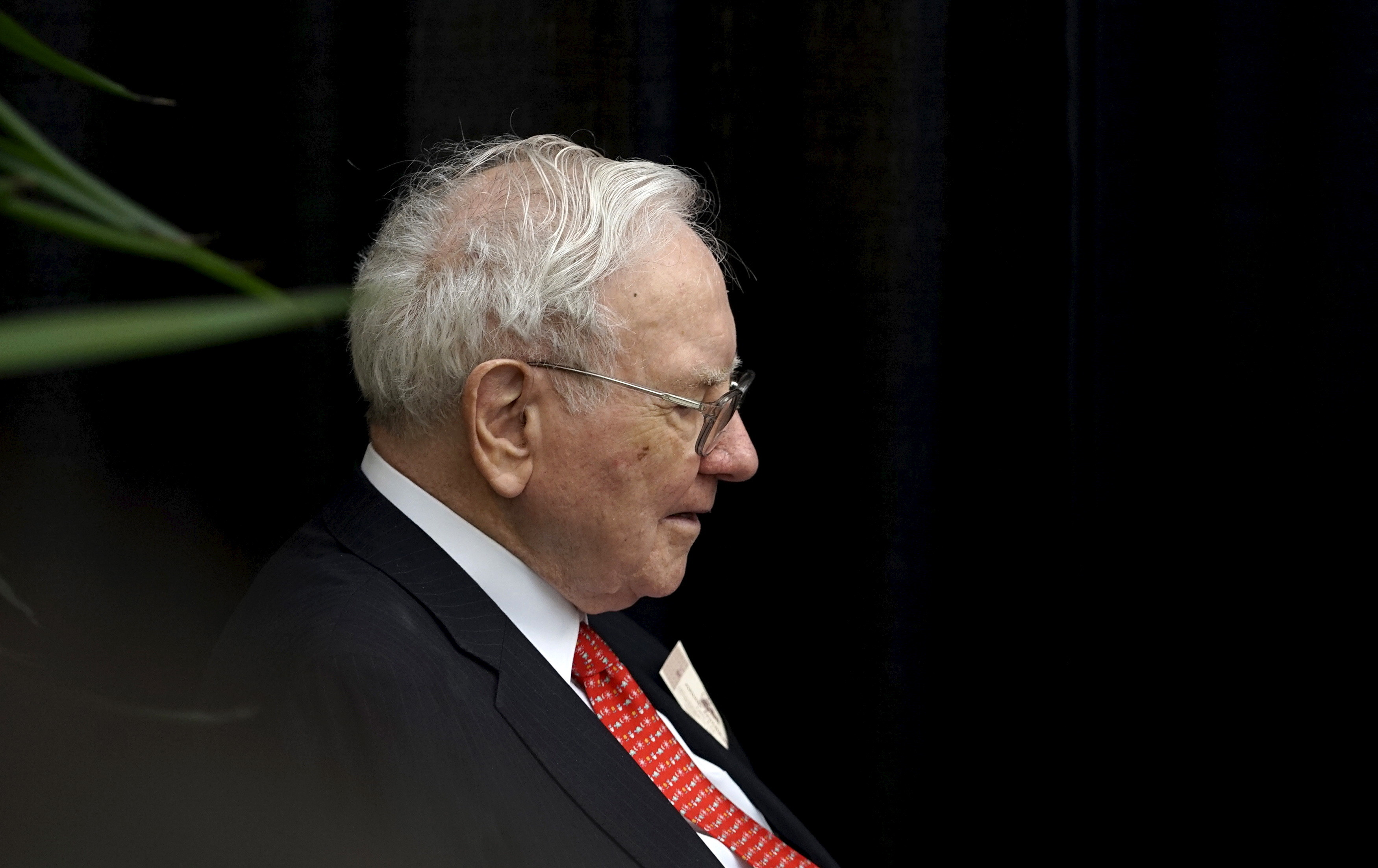 Berkshire Hathaway CEO Warren Buffett plays bridge during the Berkshire annual meeting weekend in Omaha, Nebraska May 3, 2015. More than 40,000 Berkshire Hathaway shareholders poured into Omaha this weekend to celebrate Buffett's 50th anniversary running the company, at what the world's third-richest person calls Woodstock for Capitalists. REUTERS/Rick Wilking - GF10000082921