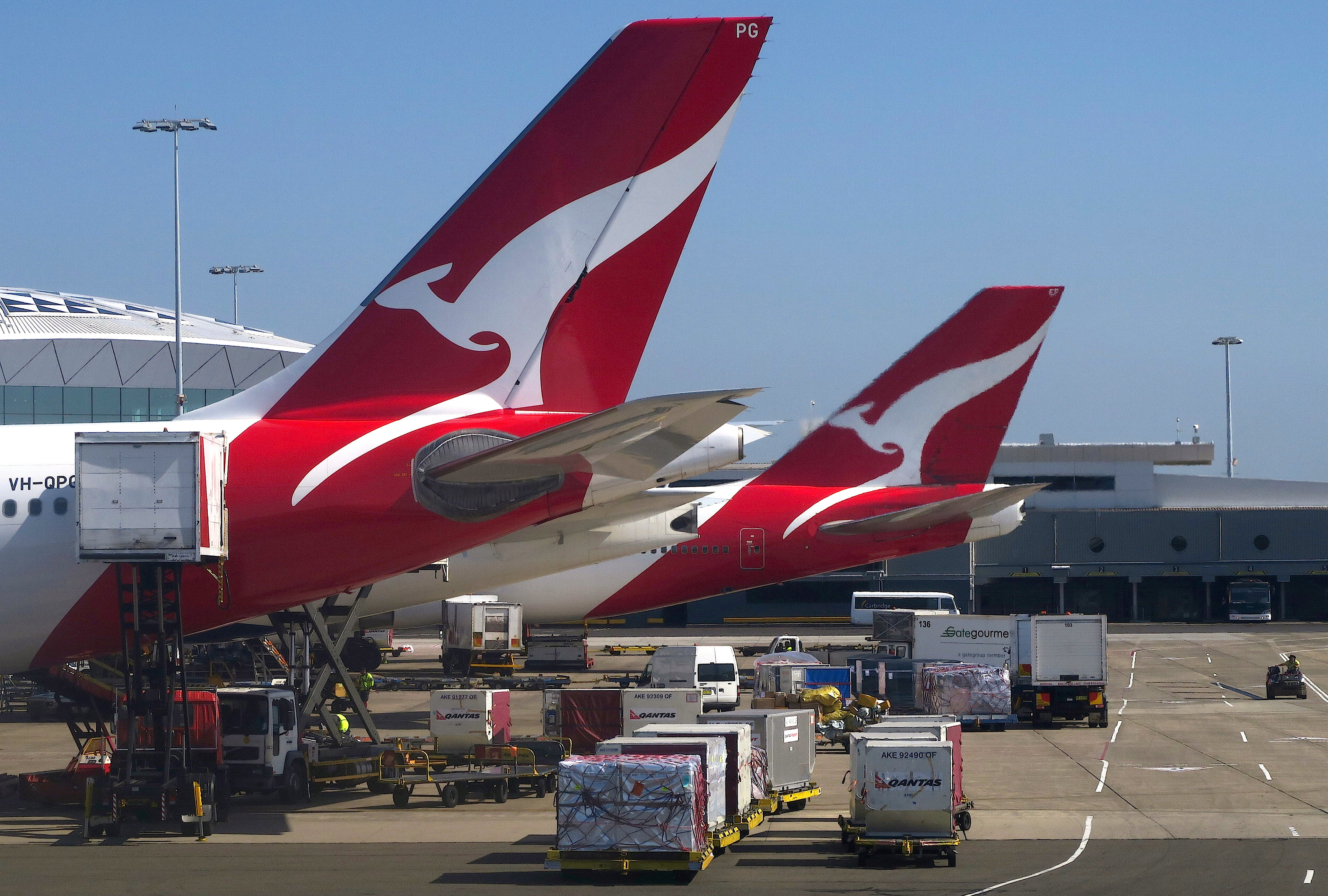 Ground staff load aircraft owned by the Australian national carrier Qantas Airways Ltd at Sydney Airport in Australia, February 12, 2017. Picture taken February 12, 2017.         REUTERS/David Gray - RC1EB7BE4180