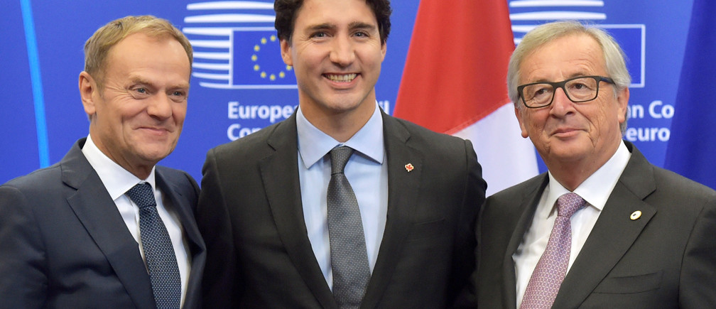 Canada's Prime Minister Justin Trudeau poses with European Council President Donald Tusk (L) and European Commission President Jean-Claude Juncker (R) before signing the Comprehensive Economic and Trade Agreement (CETA) at the European Council in Brussels, Belgium, October 30, 2016. REUTERS/Eric Vidal - RTX2R1N2