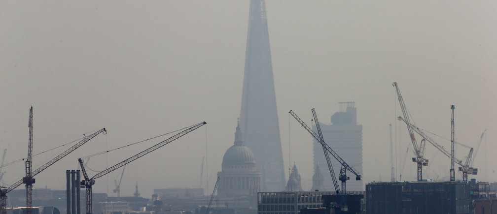 Smog surrounds The Shard and St Paul's Cathedral in London, Britain, April 3, 2014.   REUTERS/Suzanne Plunkett/File Photo - D1BEUDRJIOAA