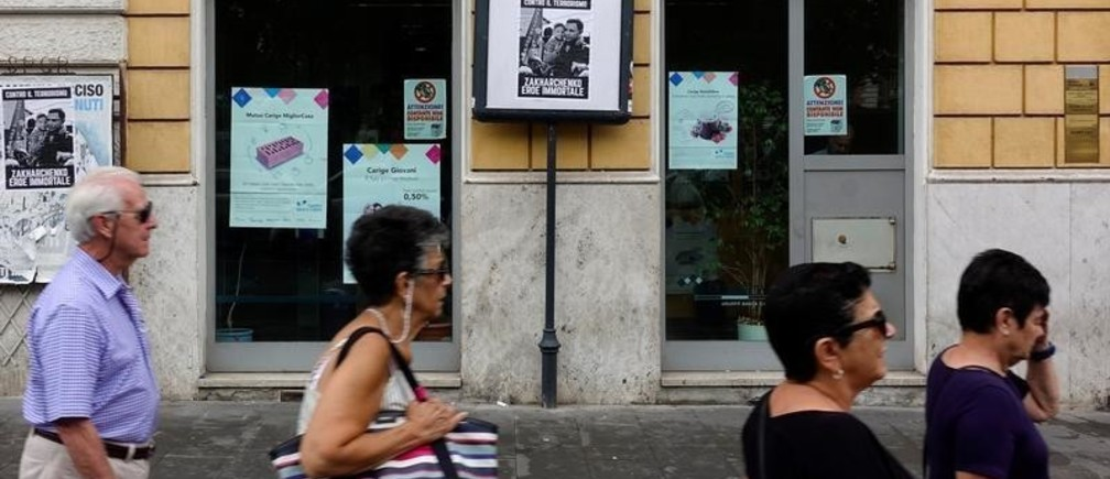 People walk past a Carige bank in Rome, Italy September 20, 2018. REUTERS/Max Rossi - RC1B8D186DE0