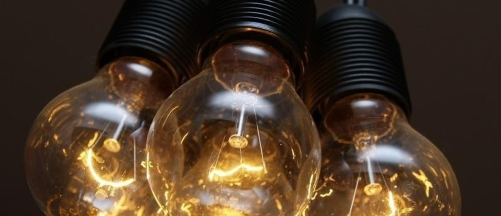 """Traditional Incandescent light bulbs are seen at an apartment in Munich August 31, 2009.  """"Incandescent bulbs will be phased out between September 2009 and September 2012,"""" said a spokesman for the EU Presidency said in December 2008."""