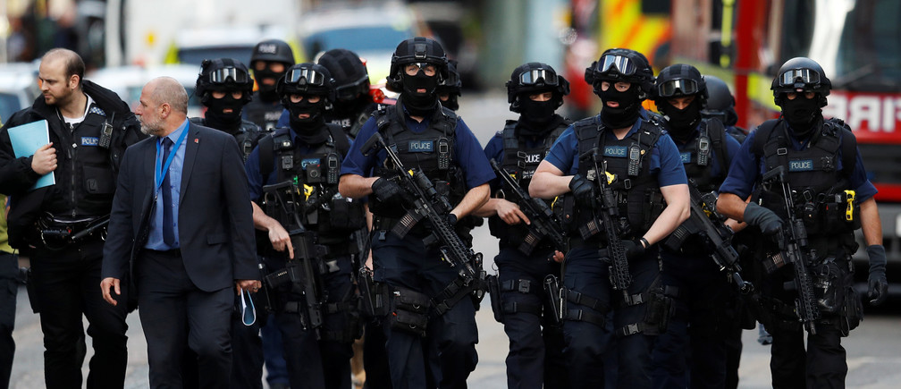 Armed police officers walk outside Borough Market after an attack left 6 people dead and dozens injured in London, Britain, June 4, 2017. REUTERS/Peter Nicholls - RC14E0FC79B0