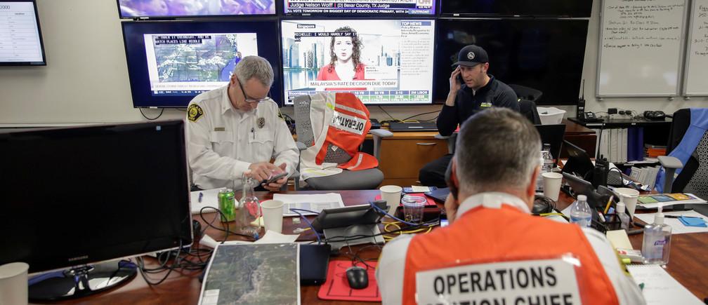 Le personnel coordonne sa réponse au coronavirus (COVID-19) au Centre des opérations d'urgence de Kirkland.