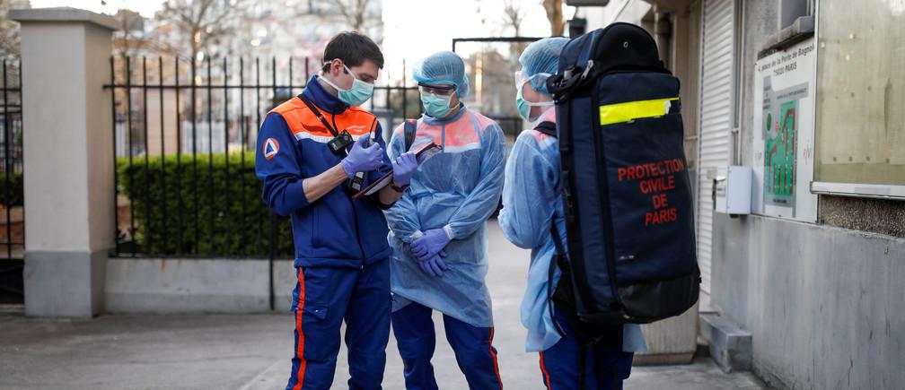 Des membres de la protection civile française arrivent sur place pour une opération de sauvetage à Paris, alors que la propagation de la maladie à coronavirus (COVID-19) se poursuit en France, le 4 avril 2020.