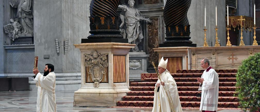 Le pape François arrive pour célébrer une messe le jeudi saint à la basilique Saint-Pierre sans participation du public en raison de l'apparition de la maladie à coronavirus (COVID-19) au Vatican, le 9 avril 2020.