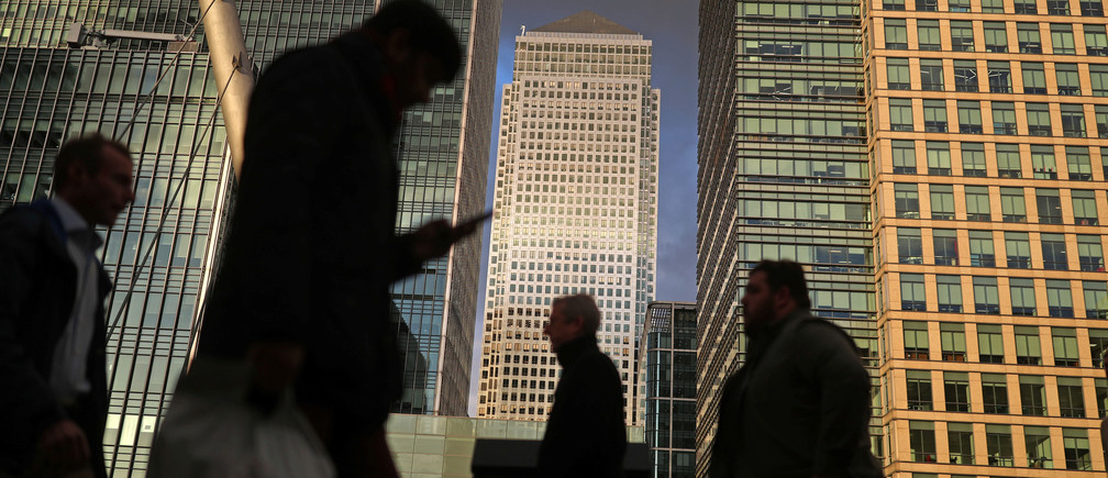 People walk through the Canary Wharf financial district of London, Britain, December 7, 2018. REUTERS/Simon Dawson - RC13001B1A50