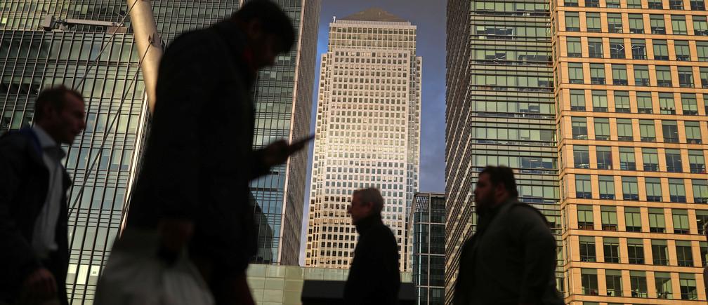 People walk through the Canary Wharf financial district of London, Britain, December 7, 2018. REUTERS/Simon Dawson - RC13001B1A50