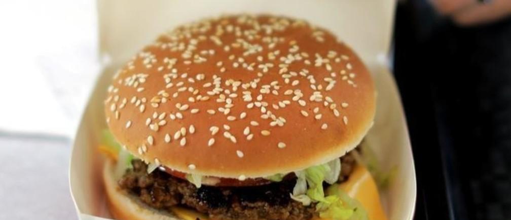 An employee prepares food orders at the Isla Burger Halal fast-food in Nice, France, September 25, 2017.       REUTERS/Eric Gaillard