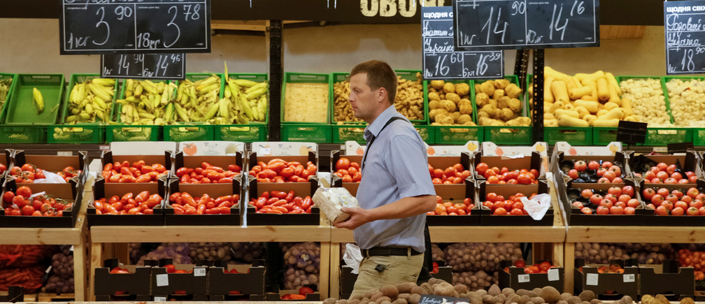 A customer visits the vegetable and fruit department of a Metro cash and carry store in Kiev, Ukraine, August 17, 2016.  REUTERS/Valentyn Ogirenko - D1BETWXQBJAA