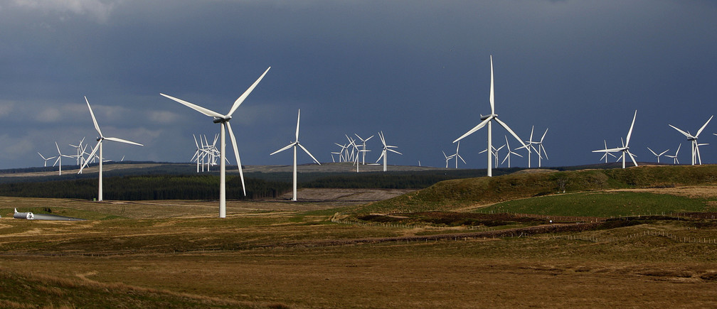 A general view shows the Whitelee wind farm near Eaglesham, East Renfrewshire, in Scotland May 20, 2009. The Scottish Power Renewables Whitelee wind farm is Europe's largest onshore wind power project with 140 turbines which can help power 180,000 homes, Scottish Power Renewables said on it's website.     REUTERS/David Moir