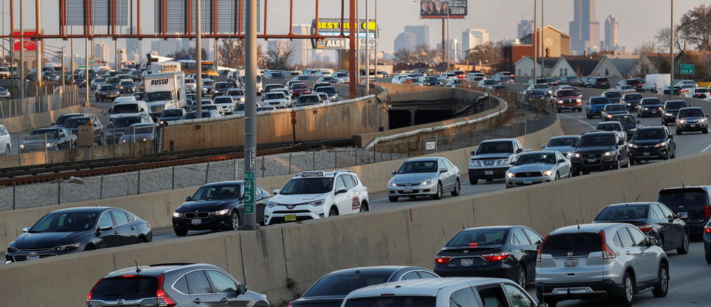Travelers are stuck in a traffic jam as people hit the road before the busy Thanksgiving Day weekend in Chicago, Illinois, U.S., November 21, 2017. REUTERS/Kamil Krzaczynski - RC1A2DD7C360