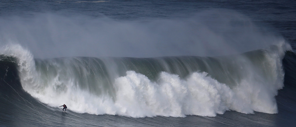 A surfer drops in on a large wave at Praia do Norte in Nazare, Portugal, November 19, 2016.   REUTERS/Rafael Marchante   TPX IMAGES OF THE DAY      - S1AEUNUJLOAA
