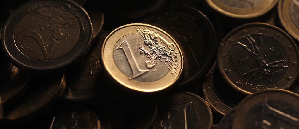 Euro coins are seen in this photo illustration taken in Rome, December 9, 2011. The euro fell to a one-month low versus sterling on December 12, 2011 as a lack of decisive action from EU leaders and the European Central Bank to fix the euro zone's debt crisis in the near-term forced investors to broadly sell the single currency.   Picture taken December 9, 2011.   REUTERS/Tony Gentile (ITALY - Tags: BUSINESS) - GM1E7CC1HJC01