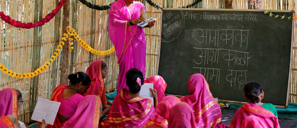 """Sheetal Prakash More (R), a 30-year-old teacher, teaches at Aajibaichi Shaala (Grandmothers' School) in Fangane village, India, February 15, 2017. REUTERS/Danish Siddiqui            SEARCH """"AAJIBAICHI"""" FOR THIS STORY. SEARCH """"WIDER IMAGE"""" FOR ALL STORIES. - RTS11M8Q"""