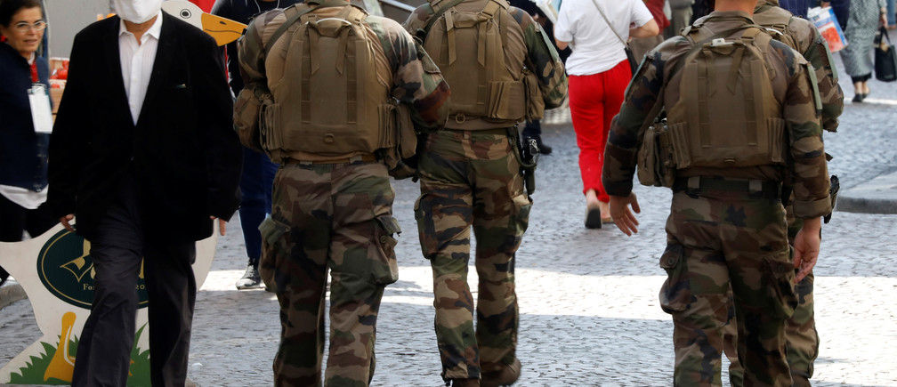 French soldiers patrol in a street in Paris during a lockdown imposed to slow the rate of the coronavirus disease (COVID-19) in France, April 24, 2020.  REUTERS/Charles Platiau - RC23BG9FNNQV