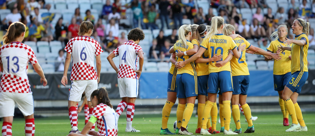 Soccer Football - Women's World Cup Qualifier - Sweden vs Croatia - Gamla Ullevi stadium, Gothenburg, Sweden - June 07, 2018. Sweden team celebrate their third goal by Stina Blackstenius.  TT News Agency/Adam Ihse/via REUTERS   ATTENTION EDITORS - THIS IMAGE WAS PROVIDED BY A THIRD PARTY. SWEDEN OUT. NO COMMERCIAL OR EDITORIAL SALES IN SWEDEN - RC1FBDE0FF80