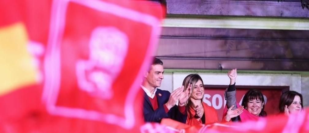 Spain's acting Prime Minister and Socialist Party leader (PSOE) candidate Pedro Sanchez and wife Maria Begona Gomez Fernandez gesture to supporters during Spain's general election at party headquarters in Madrid, Spain, November 10, 2019. REUTERS/Sergio Perez - RC2N8D9N1PUZ