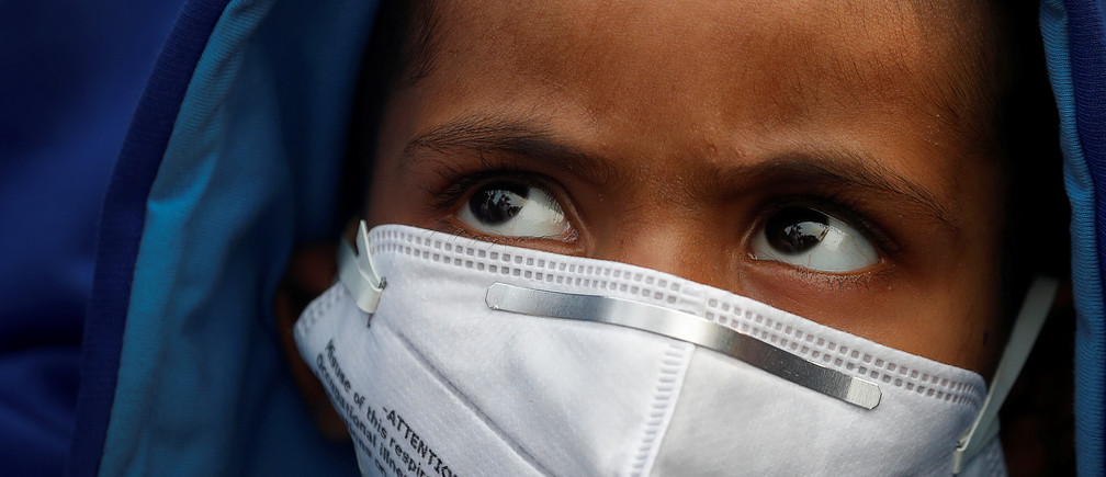 A child wears a face mask for protection from air pollution in Delhi, India November 14, 2017. REUTERS/Cathal McNaughton - RC1B957C6090