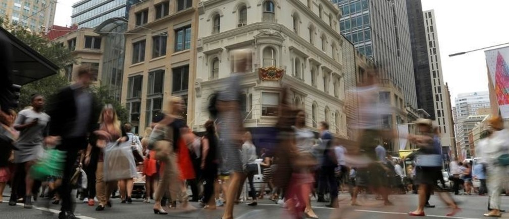 Office workers walk the streets of Sydney, Australia December 7, 2016 as the latest Australian GDP figure released Wednesday indicated a 0.5% contraction in the third quarter.REUTERS/Jason Reed - RTSUZPY