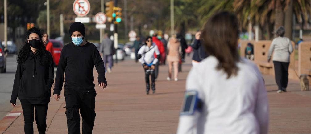 La gente sale a caminar mientras el país ha logrado controlar la enfermedad coronavirus (COVID-19), en Montevideo, Uruguay, el 23 de mayo de 2020. Foto tomada el 23 de mayo de 2020.
