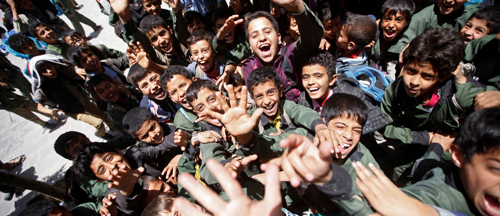 Students shout outside class at a school in Yemen's capital Sanaa April 17, 2017. REUTERS/Mohamed al-Sayaghi - RC1CC5C5AB20
