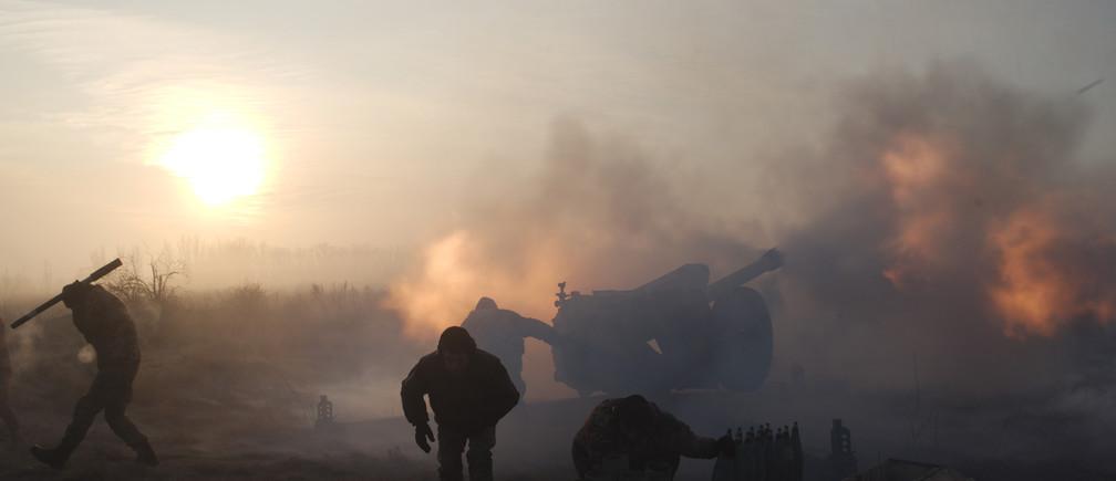 Ukrainian servicemen fire an artillery weapon in the direction of positions of the armed forces of the separatist self-proclaimed Donetsk People's Republic near Novoluhanske in Donetsk region, Ukraine January 11, 2018. REUTERS/Maksim Levin - UP1EE1B0PBRP5