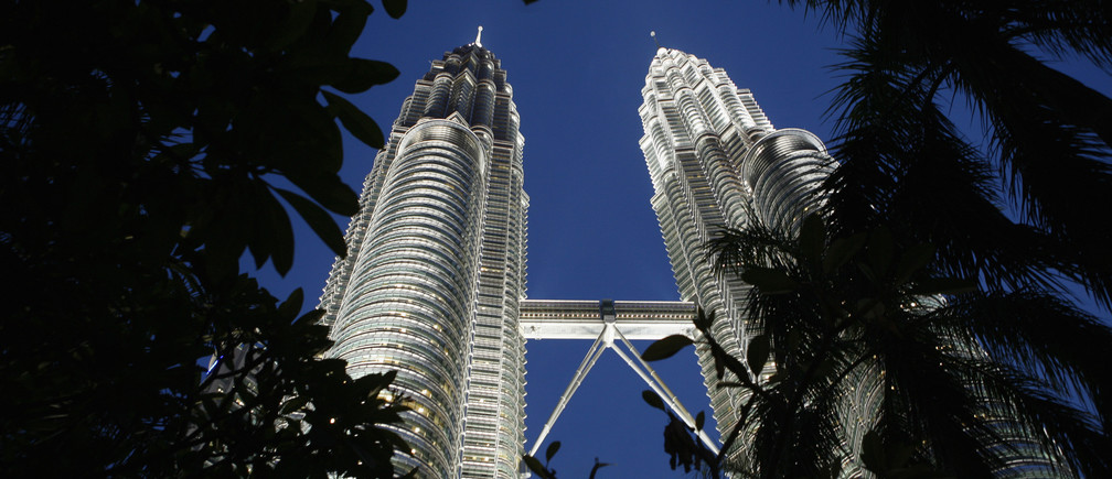 The Petronas Twin Towers are seen in Kuala Lumpur March 5, 2008. Malaysia will go to the polls on Saturday. REUTERS/Beawiharta (MALAYSIA) - GM1E4351PXV01