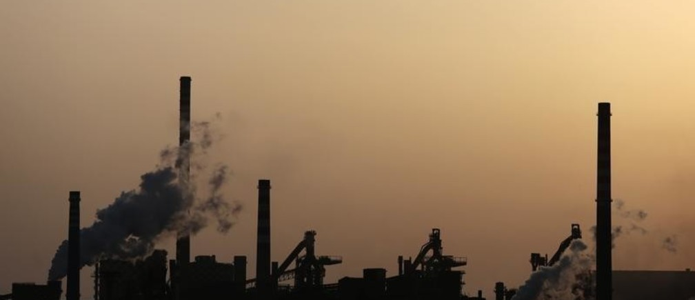 ILVA steel plants are seen in Taranto at sunset August 5, 2012. The sprawling ILVA steelworks has loomed over the skyline of Taranto and dominated the city's economy for 50 years, but toxic pollution has transformed the site from a symbol of postwar prosperity to an emblem of Italy's long industrial decline. Picture taken August 5, 2012. To match Analysis ITALY-POLLUTION/    REUTERS/Yara Nardi   (ITALY - Tags: BUSINESS ENVIRONMENT INDUSTRIAL COMMODITIES) - GM1E88T1AGE01