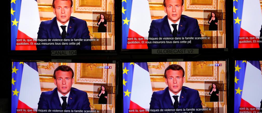 Le président français Emmanuel Macron s'adresse à la nation sur l'épidémie de coronavirus (COVID-19), sur les écrans de télévision à Paris, France, le 13 avril 2020.