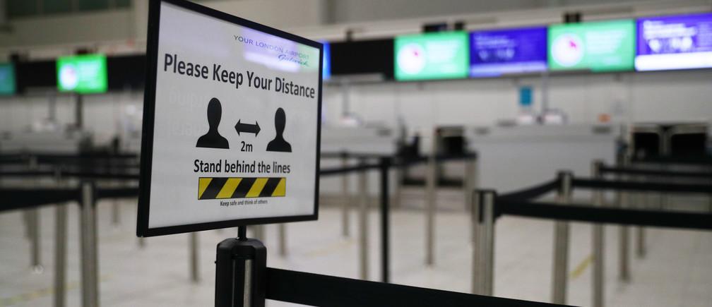Vista general de una señal de distanciamiento social en un aeropuerto vacío de Gatwick, 5 de mayo de 2020.