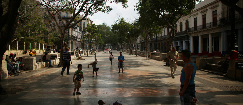 Children play at Paseo del Prado street where Chanel, the world's second largest luxury brand will unveil its latest Cruise collection on Tuesday, Havana, Cuba, May 2, 2016. REUTERS/Alexandre Meneghini  - RTX2CI9P