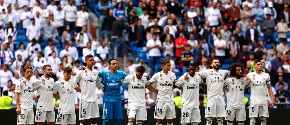 Soccer Football - La Liga Santander - Real Madrid v Real Betis - Santiago Bernabeu, Madrid, Spain - May 19, 2019   Real Madrid players obverse a minute's silence before the match    REUTERS/Juan Medina - RC1DF94119D0