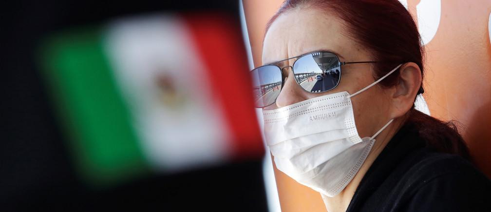 Una mujer usa una máscara facial para protegerse de la enfermedad coronavirus (COVID-19) en el Aeropuerto Internacional Abraham González, en Ciudad Juárez, México, el 14 de marzo de 2020.