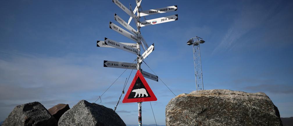 Un letrero advierte a los viajeros del peligro de los osos polares en la ciudad de Longyearbyen en Svalbard, Noruega.August 4, 2019. REUTERS/Hannah McKay - RC18425C56F0
