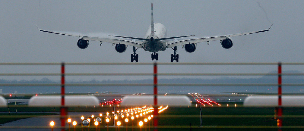 An aircraft lands at Munich's airport, December 2, 2014. German carrier Lufthansa cancelled 1,350 flights, or 48 percent of scheduled services, for Monday and Tuesday as its pilots prepared to go on strike, their ninth walkout this year. The cancelled short-, medium- and long-haul flights will affect 150,000 passengers and wipe another single-digit million euro sum off the airline's earnings, according to analyst estimates.  REUTERS/Michael Dalder (GERMANY  - Tags: TRANSPORT POLITICS)