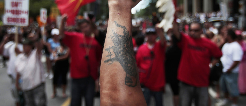 A protester raises his fist during a demonstration for indigenous sovereignty ahead of the G8 and G20 summits in downtown Toronto, June 24, 2010.    REUTERS/Mark Blinch (CANADA - Tags: CIVIL UNREST POLITICS) - GM1E66P0CGO01