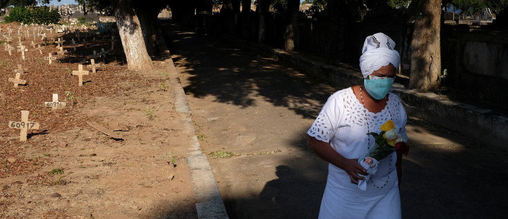 A worshipper of the African-Brazilian Candomble religion attends a burial of a person, who died of unknown reasons during the outbreak of the coronavirus disease (COVID-19), at Sao Francisco Xavier  cemetery in Rio de Janeiro. Brazil, April 23, 2020. Picture taken April 23, 2020. REUTERS/Ian Cheibub - RC2ICH96G3ZQ