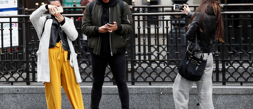 "People look at their mobile phones at Piccadilly Circus in London, Britain October 6, 2016. REUTERS/Stefan Wermuth  SEARCH ""WERMUTH PHONES"" FOR THIS STORY. SEARCH ""THE WIDER IMAGE"" FOR ALL STORIES.? - RC1F7BC92590"