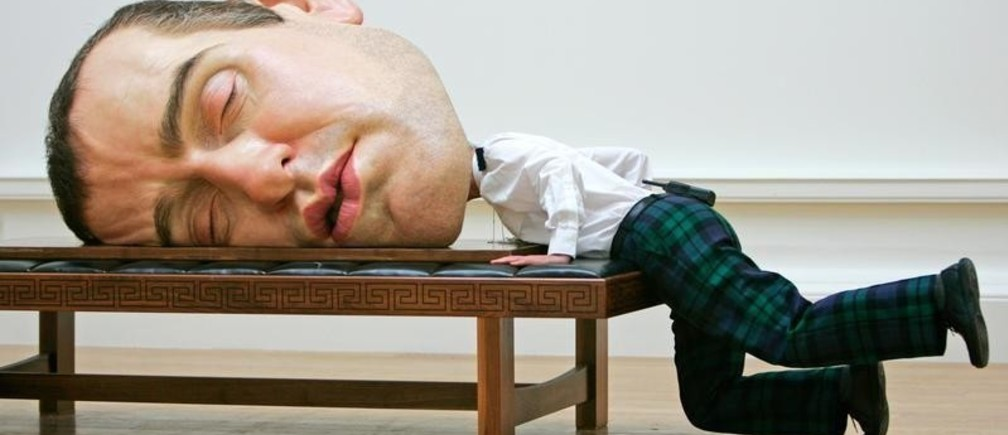 """A security guard jokingly inspects the back of a self-portrait entitled """"Mask II"""" by Australian sculptor Ron Mueck at the Royal Scottish Academy in Edinburgh, Scotland July 31, 2006. The sculpture is part of Mueck's first solo exhibition in Scotland that will run from August 5 until October 1.       REUTERS/David Moir (BRITAIN) - GM1DTECBFAAA"""